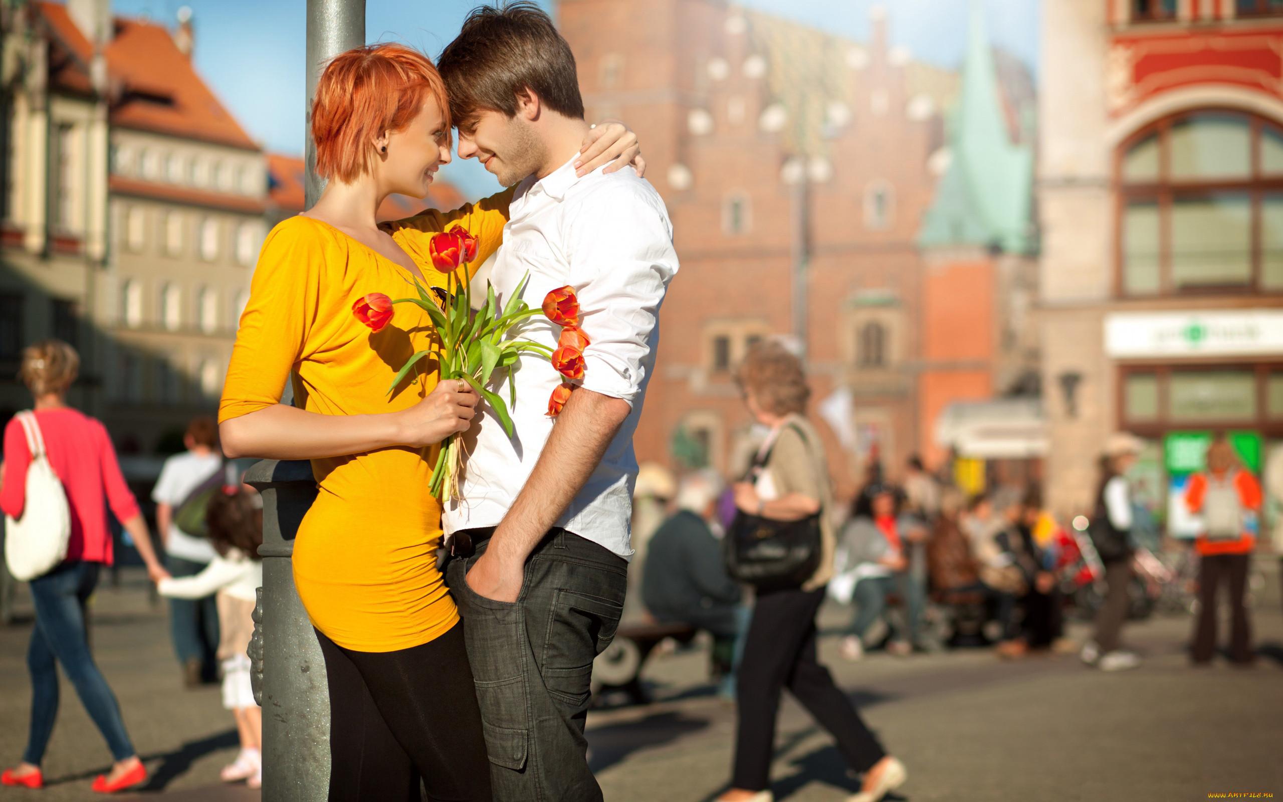Описание фотографии пара, девушка, рыжая, парень, смех, радость